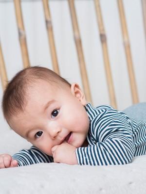 Costumaș bebeluși, cu dungi bleumarin, din bumbac organic