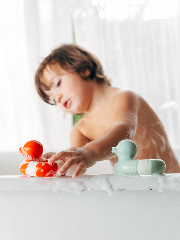 Flo, rățușca salvatoare, roșie, jucărie pentru baie și dentiție